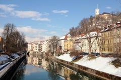 河堤防在卢布尔雅那,斯洛文尼亚老镇  免版税库存照片