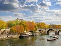 河塞纳河在秋天,巴黎 库存图片