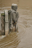河塞纳河在巴黎在它最高水平超过30年 Zouave雕象 免版税库存照片