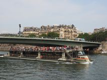 河塞纳河巡航小船在巴黎 库存照片