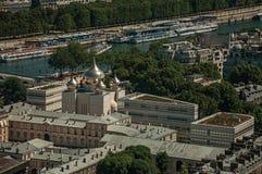 河塞纳河,三位一体大教堂和屋顶在一个晴天,看从艾菲尔铁塔在巴黎 免版税库存图片