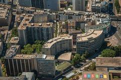 河塞纳河,绿叶和大厦在一个晴天,看从艾菲尔铁塔上面在巴黎 免版税库存照片