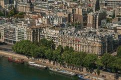 河塞纳河,绿叶和大厦在一个晴天,看从艾菲尔铁塔在巴黎 免版税库存图片