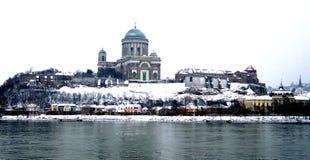 河多瑙河的埃斯泰尔戈姆匈牙利视图在冬天 库存照片