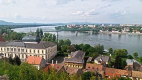 河多瑙河,在维谢格拉德附近海岸的全视图  免版税库存照片