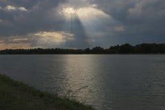 河天空和云彩 免版税库存照片