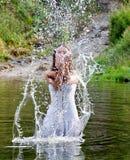 河妇女年轻人 免版税图库摄影