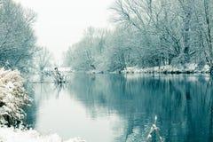 河小的冬天 免版税库存图片