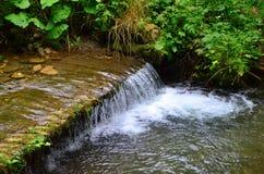 河小的瀑布 免版税库存图片