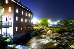 河小酒馆在晚上 库存图片