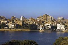 河尼罗和殖民地豪宅在前景Gezira海岛开罗。埃及 库存图片