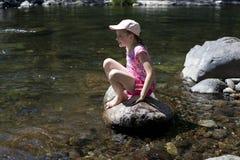 河岩石的女孩 图库摄影