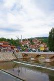 河岸和桥梁在萨拉热窝 免版税图库摄影