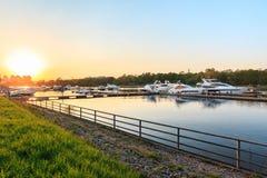 河岸和superyachts夏天视图在阳光下 免版税图库摄影