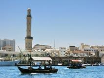 河岸在迪拜Creek,和背景和abra小船的Burj哈利法在河 库存图片