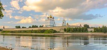 河岸明亮的云彩天空的2016年7月30rd日,俄罗斯-普斯克夫克里姆林宫墙壁,三位一体大教堂,响铃Towe古老老堡垒 免版税库存照片