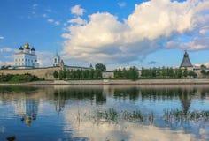 河岸明亮的云彩天空的2016年7月30rd日,俄罗斯-普斯克夫克里姆林宫墙壁,三位一体大教堂,响铃Towe古老老堡垒 库存图片