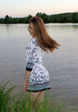 河岸的一个女孩 免版税图库摄影
