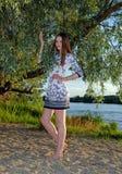 河岸的一个女孩 免版税库存照片