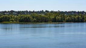 河岸的一个小镇晴朗的天气的 库存图片