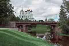 河岸的古老堡垒 俄国 克里姆林宫普斯克夫 普斯克夫夏时 库存照片