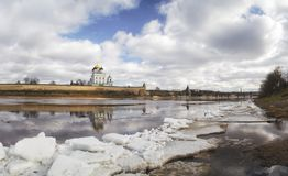 河岸的古老堡垒 俄国 克里姆林宫普斯克夫 普斯克夫春天 冰漂泊 库存照片