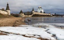 河岸的古老堡垒 俄国 克里姆林宫普斯克夫 普斯克夫 免版税库存照片