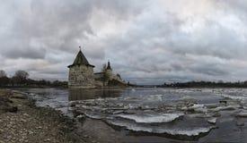 河岸的古老堡垒 俄国 克里姆林宫普斯克夫 库存图片