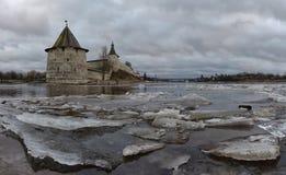 河岸的古老堡垒 俄国 免版税库存图片
