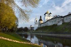 河岸的古老堡垒 俄国 图库摄影