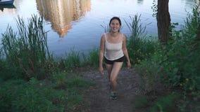 河岸的快乐的女孩 影视素材