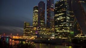 河岸的摩天大楼在晚上 库存图片