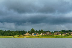 河岸的村庄 免版税库存照片