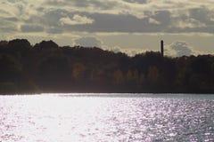 河岸的秋天森林多云天气的 库存照片