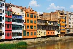 河岸的美丽如画的房子在希罗纳 免版税图库摄影