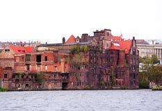 河岸的被放弃的老工厂-城市的老建筑学-什切青波兰 免版税图库摄影