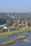 河岸的西伯利亚村庄 库存图片