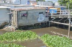 河岸的崩溃的房子 免版税库存照片