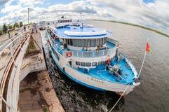 河巡航客船S 在被停泊的Yulaev 图库摄影