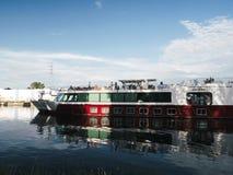 河巡航的小船在史特拉斯堡在温暖的夏日- MS声音 图库摄影