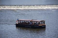 河巡航航行带来旅客乘客看老镇城市的游览伏尔塔瓦河河河沿在查理大桥附近 免版税库存图片