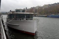 河巡航-小船旅行通过塞纳河在巴黎 图库摄影