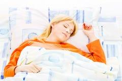河床休眠的妇女 免版税库存照片
