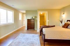 河床卧室褐色新鲜绿色现代 免版税库存图片