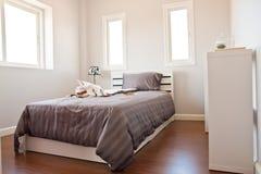河床卧室褐色页白色 免版税库存图片