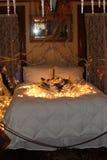 河床卧室闪亮指示晚上一唯一葡萄酒 免版税库存图片