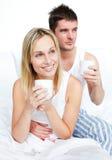河床咖啡夫妇饮用的睡衣 库存图片