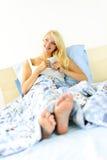 河床咖啡杯坐的妇女 免版税图库摄影