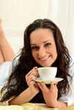 河床咖啡饮用的妇女年轻人 免版税库存照片