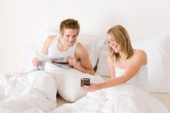 河床夫妇听音乐放松对年轻人 免版税库存照片